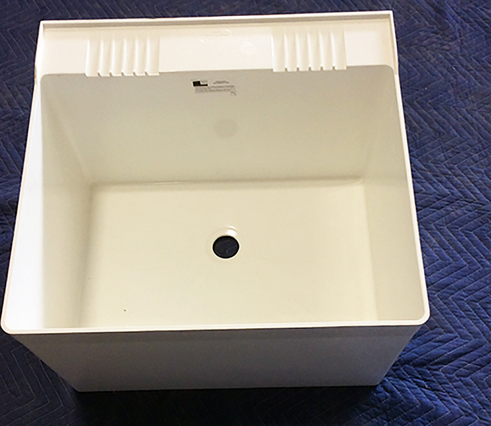 CLEARANCE>> L1 FIAT WALL HUNG LAUNDRY TUB WITH WALL BRACKET 23x22x14 HOLDS 20GAL **MISSING MOUNTING BRACKET**